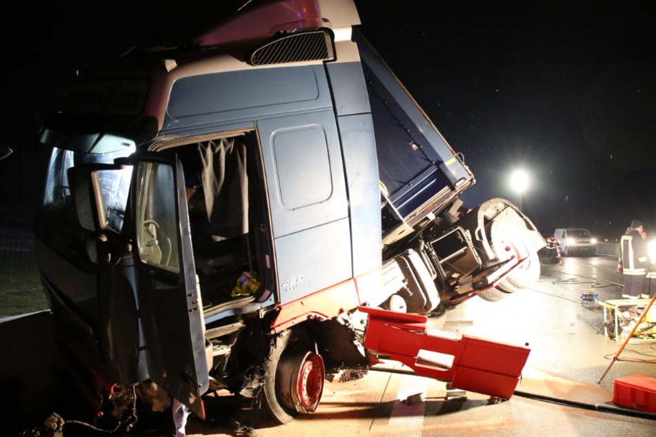 Bei dem Unfall schleuderte der Lkw quer über die Autobahn.