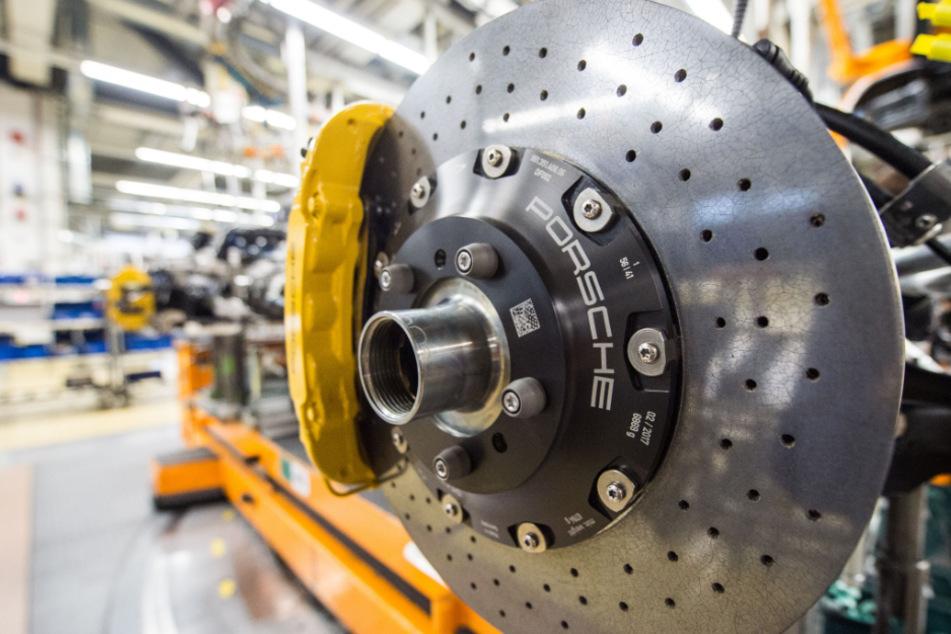 Nach sechs Wochen Stillstand fährt der Sportwagenbauer Porsche die Produktion am kommenden Montag wieder hoch.