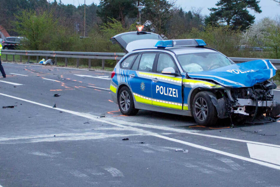 Durch die enorme Wucht des Unfalls wurde der Streifenwagen schwer beschädigt.