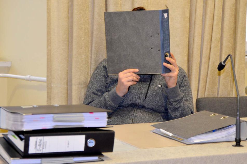 Die 23-jährige Angeklagte sitzt vor dem Beginn ihres Prozesses mit einem Aktenordner vor dem Gesicht im Gerichtssaal in Ravensburg. (Archivbild)