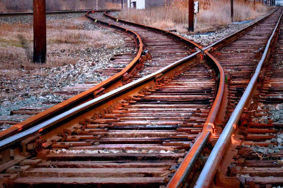 Der Jugendliche lief über die Gleise. (Symbolbild)