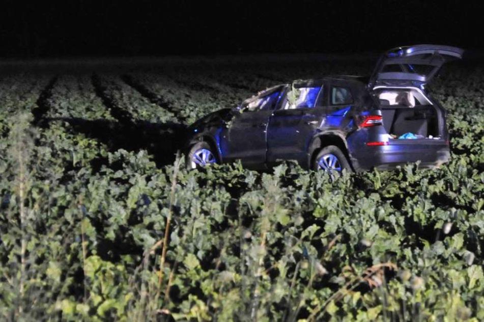 Betrunkener Autofahrer (37) landet nach Überschlag im Feld