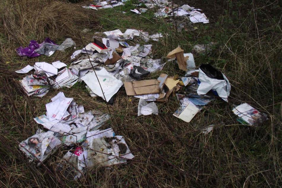 Überforderung? Postbote entsorgt hunderte Briefe im Wald!