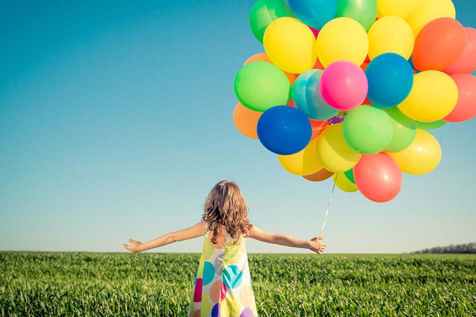 Viele bunte Luftballons sind besonders für Kinder faszinierend. Doch ein harmloses Spielzeug sind sie offensichtlich nicht.