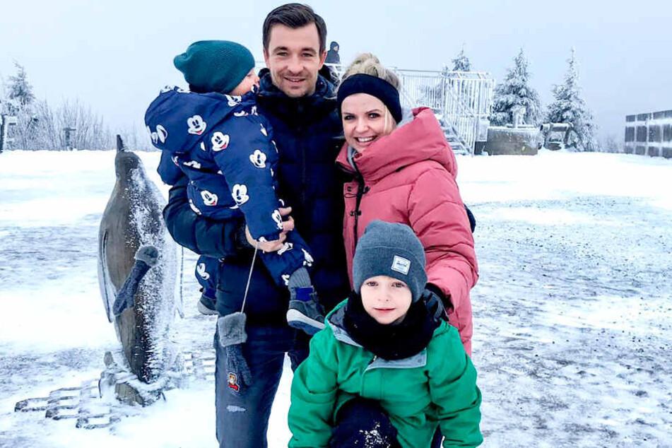 Nicht nur mit dem FCE ein Gipfelstürmer: Martin Männel mit Ehefrau Doreen sowie den Kindern Anton (vorn) und Max auf dem Gipfel des Fichtelbergs.