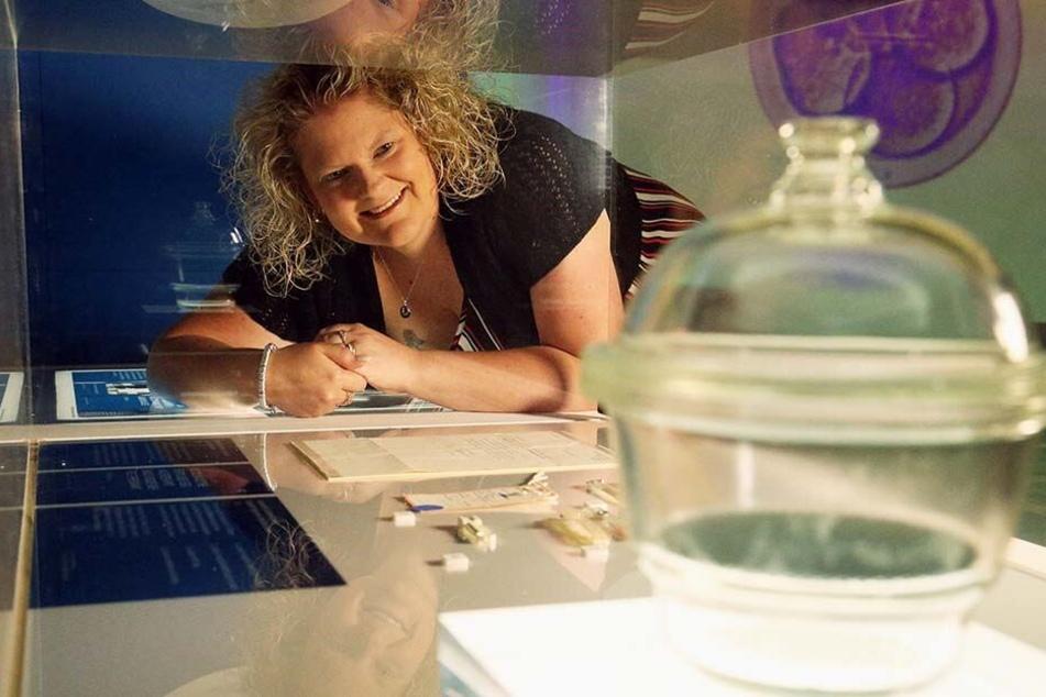 Louise Brown war die erste Frau, die durch In-Vitro-Fertilisation zur Welt kam. Hier betrachtet sie das ausgestellte Reagenzglas, in dem sie erschaffen wurde.
