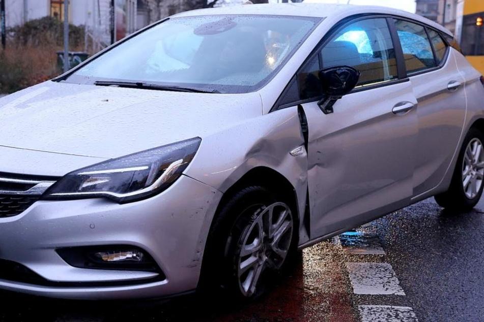 Am Opel entstand Sachschaden.