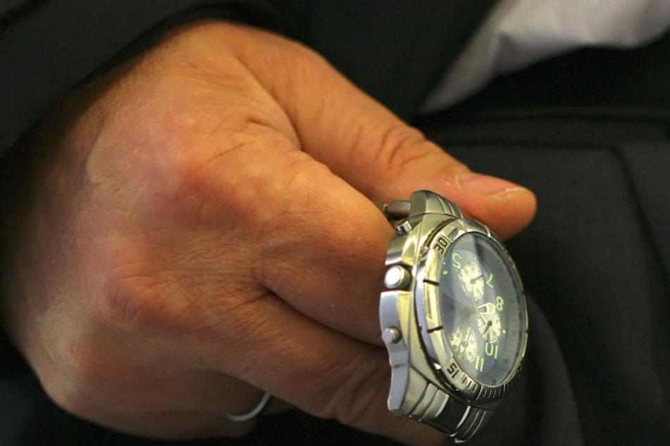 Dreist! Trickdieb gibt Frau einen Handkuss und reist ihr die Uhr vom Handgelenk