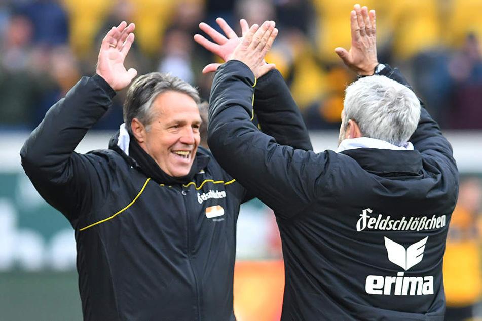 Uwe Neuhaus (l.) jubelt mit Co-Trainer Peter Nemeth. Das will er in den verbleibenden sieben Spielen ganz oft machen.