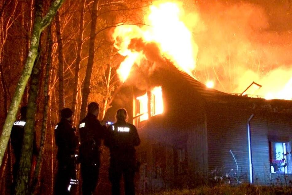 Riesige Flammen! Feuer in Kulturzentrum auf Kesselberg