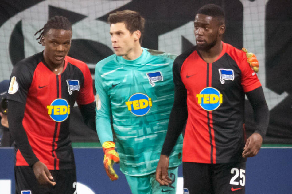 Dedryck Boyata (l-r), Torwart Rune Jarstein und Jordan Torunarigha von Hertha BSC stehen vor der Schalker Nordkurve.