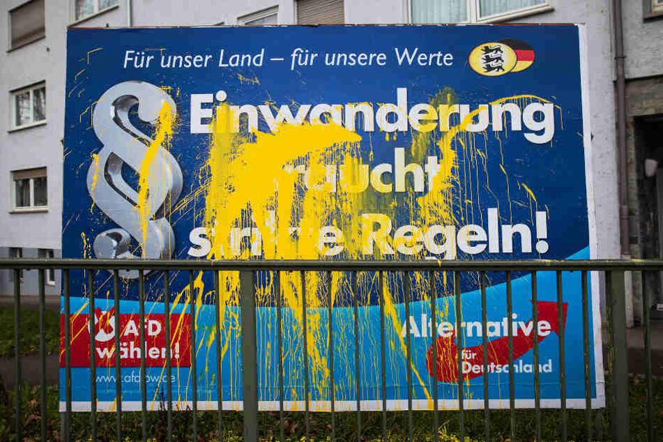 Ein Wahlplakat der Partei Alternative für Deutschland (AfD) ist am 04.02.2016 in Stuttgart (Baden-Württemberg) mit Farbe beschmiert. (Archivbild)