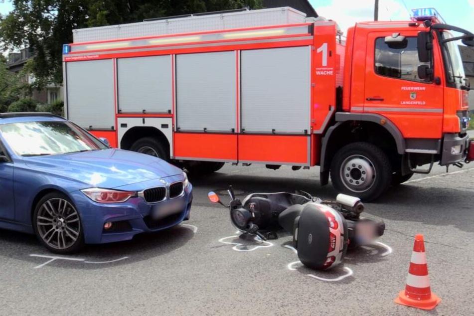 Die Einsatzkräfte sicherten den Unfallort und sperrten den Bereich während des Einsatzes ab.