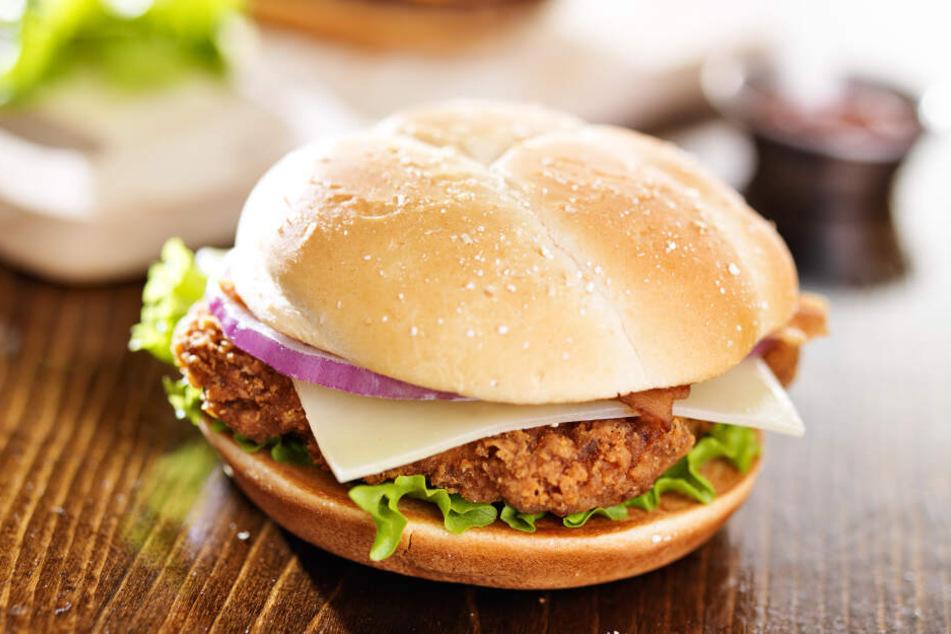 Fast-Food-Kette sorgt für Massenauflauf, plötzlich wird ein Kunde erstochen