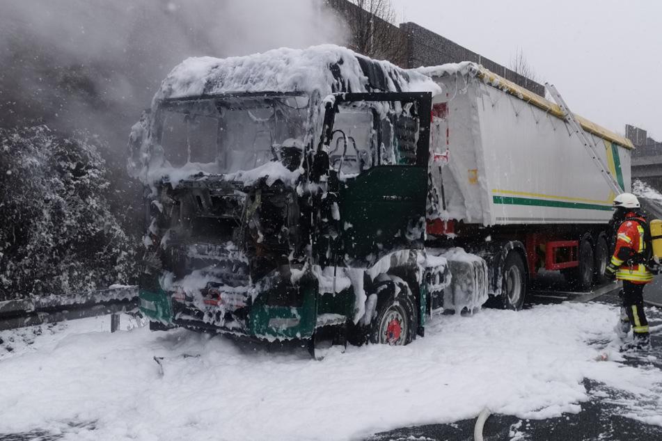 Fahrer stoppt, kurze Zeit später geht der Lkw in Flammen auf