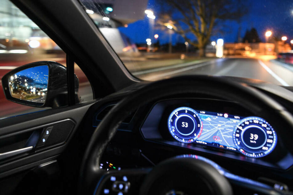 In den Fahrzeugen würden vorerst erfahrene Testfahrer mitfahren, die jederzeit eingreifen könnten.