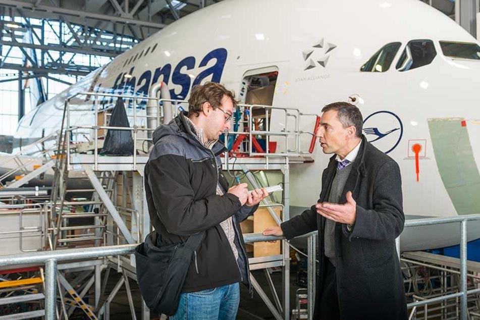 EFW-Sprecher Christopher Profitlich (49) erklärte der MOPO das Werksgelände, führte durch den Hangar.