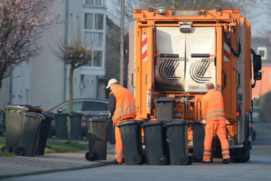 Tragischer Unfall! Fußgänger wird von Müllauto erfasst und tödlich verletzt