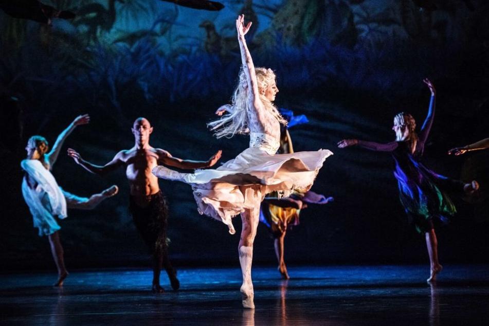 Titania (Nela Mrázova) tanzt gemeinsam mit ihren Elfen.