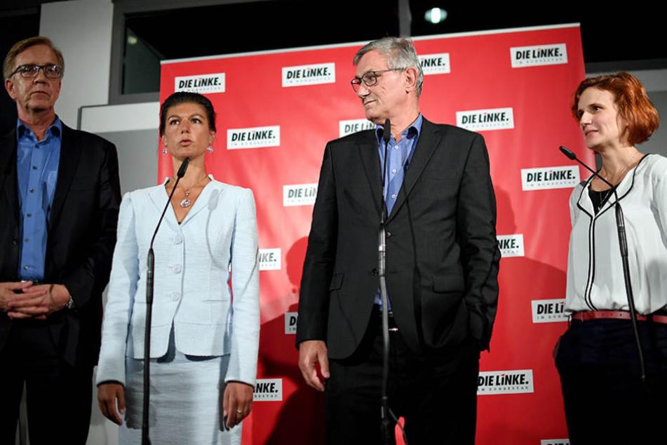 Dietmar Bartsch (links) und Sarah Wagenknecht wurden erneut zu Fraktionsvorsitzenden gewählt. Rechts stehen Bernd Riesiger und Katja Kipping.