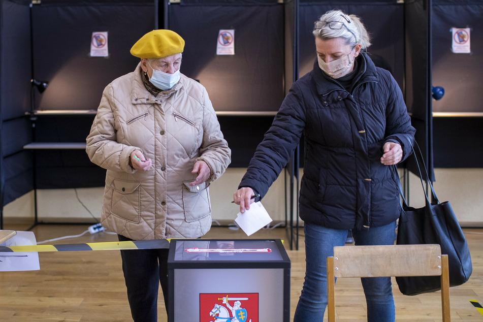 Litauen wählte am Sonntag ein neues Parlament - dabei galten strenge Corona-Schutzmaßnahmen. So mussten die Wähler Mund und Nase bedecken und sollten ihre eigenen Stifte mitbringen, um die Stimmzettel auszufüllen.