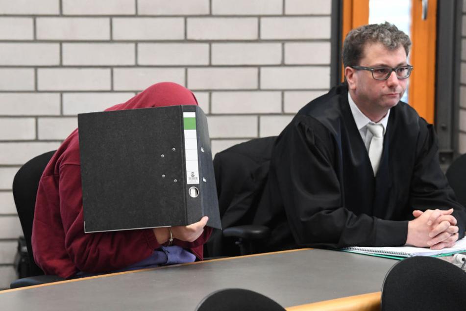 Der Angeklagte wartete mit seinem Anwalt Christian Süß auf den Prozessbeginn. (Archiv)