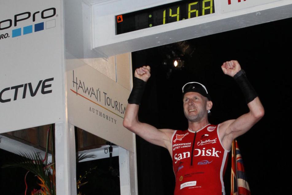 Elmar Sprink ist mit einem Spenderherz den Ironman gelaufen. Hier ist er gerade im Ziel auf Hawaii angekommen.
