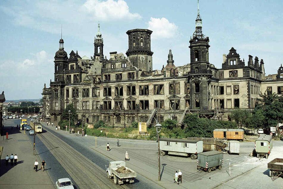 Das Schloss war bis Ende der 1980er eine Ruine. Erste Wiederaufbauarbeiten und Planungen begannen aber bereits in der DDR.