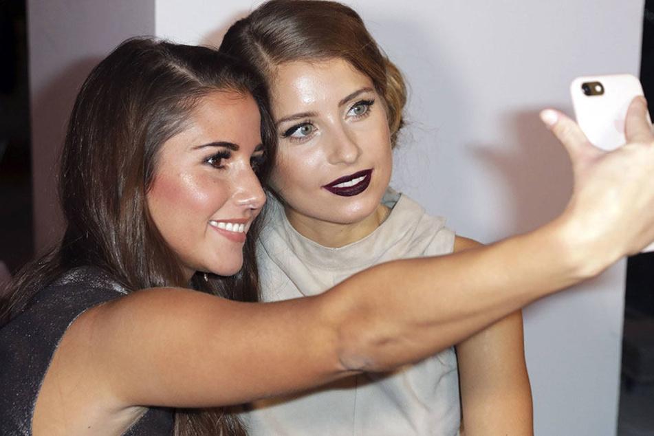 Für ihr Selfie erneteten Sarah Lombardi (24) und Caty Hummels (28) heftige Kritik