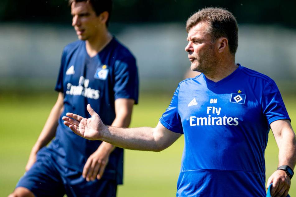 HSV-Trainer Dieter Hecking spricht mit einem Spieler beim Trainingsauftakt.