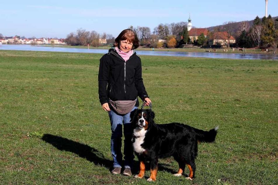 Hundebesitzerin Ria Eilfeld mit ihrem Hund Ayla.