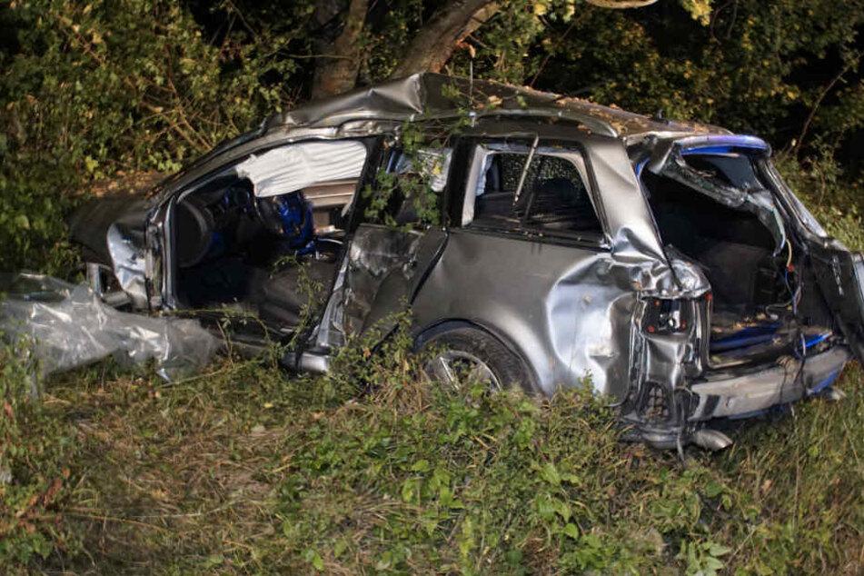 Das Wrack des Audis. Der Fahrer kam ins Krankenhaus.