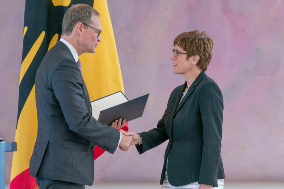Annegret Kramp-Karrenbauer erhält von Michael Müller ihre Ernennungsurkunde.