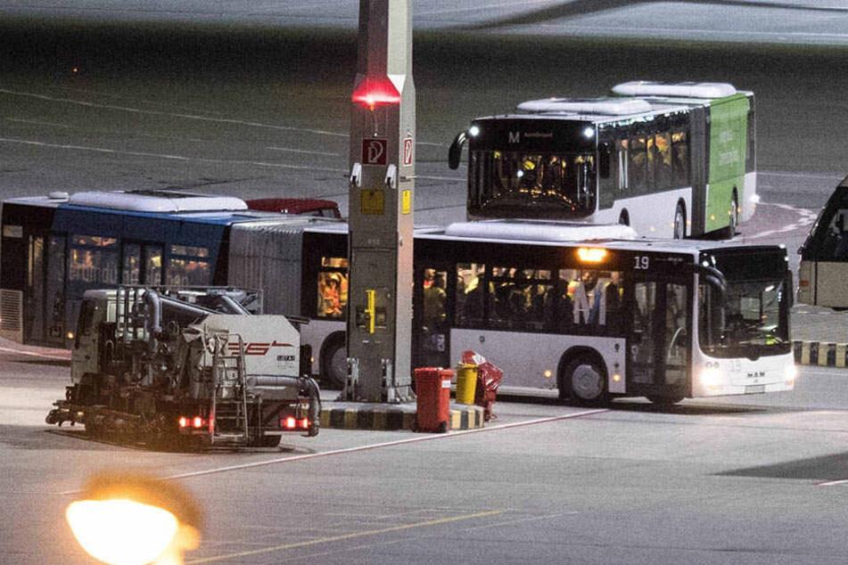Flughafenbus mit abgelehnten Asylbewerbern: In Sachsen ist die Zahl der Abschiebungen gesunken.