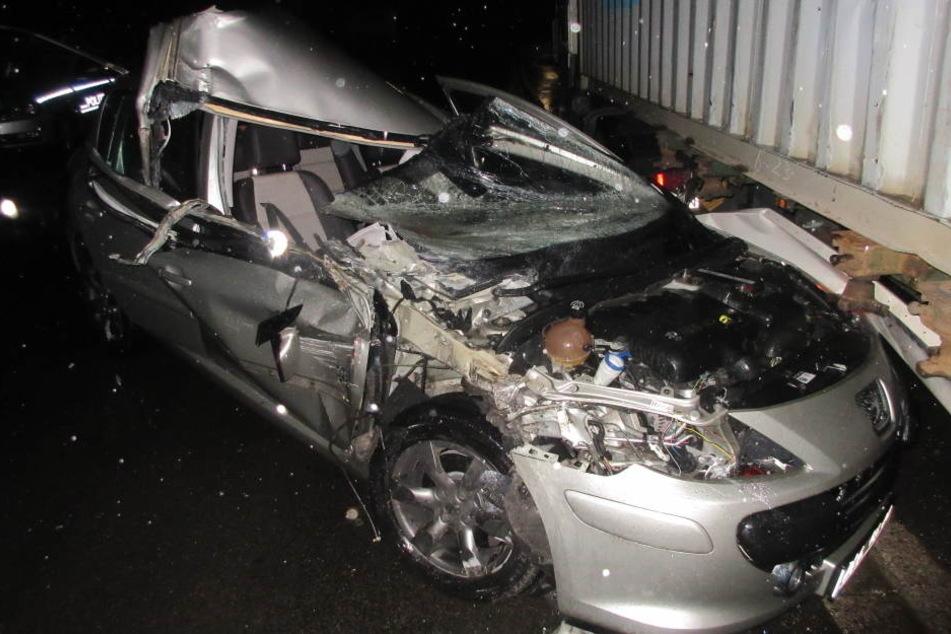 Das komplett zerstörte Auto nach dem heftigen Einschlag.