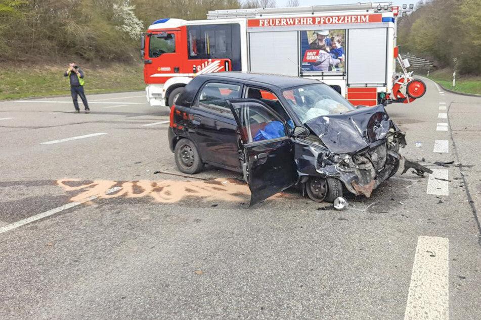 Frau stirbt bei heftigem B10-Kreuzungscrash zwischen Kleinwagen und Feuerwehrauto