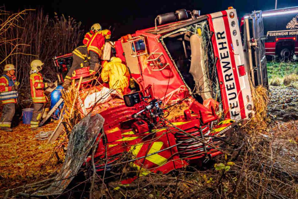 Sperrung dauert noch bis heute Mittag: Feuerwehr-Kran umgestürzt