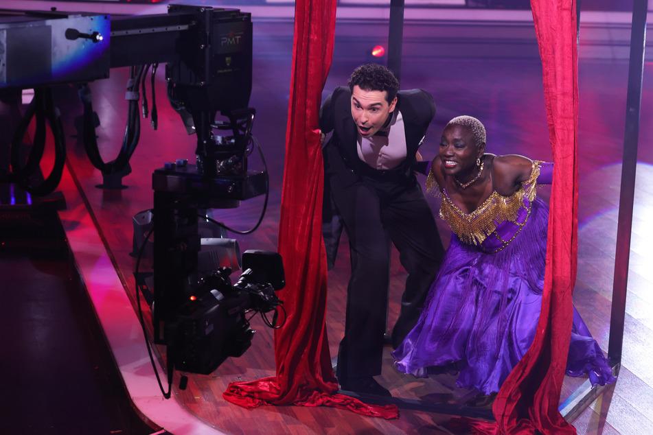 Obwohl sie für ihren Tango mit zwei Männern viel Lob erhielt, hat es sich für Auma Obama (61) ausgetanzt. Sie wurde vom Publikum aus der Show gewählt.