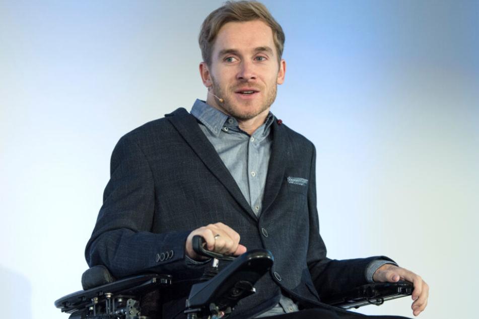 """Samuel Koch sitzt seit seinem Unfall bei """"Wetten, dass..?"""" im Rollstuhl."""
