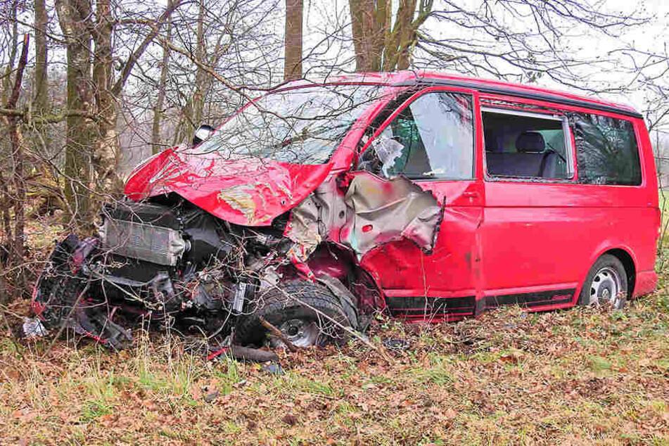 Der Transporter krachte mit einem weiteren Auto zusammen und schleuderte in den Wald.