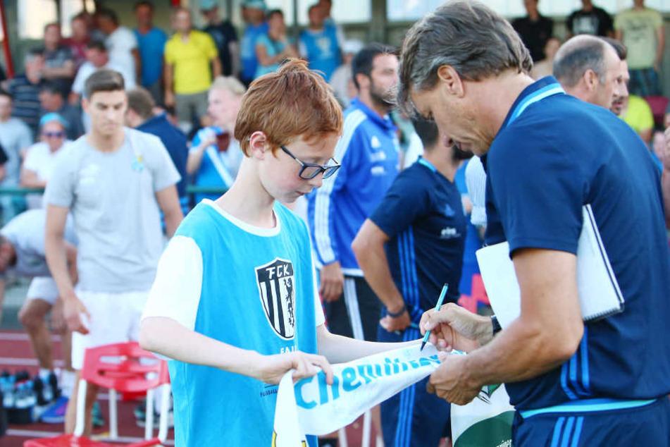 Offen und volksnah! Der neue CFC-Trainer Horst Steffen kommt bei den Fans an, erfüllt auch gern deren Autogramm-Wünsche.