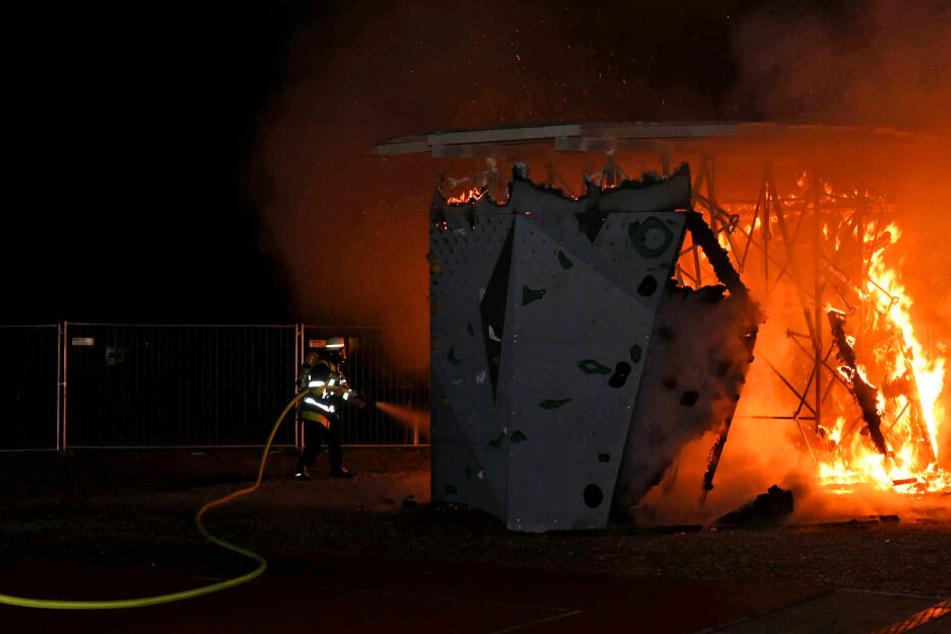 Feuer auf Schulhof: Kletterturm in Obergiesing brennt ab