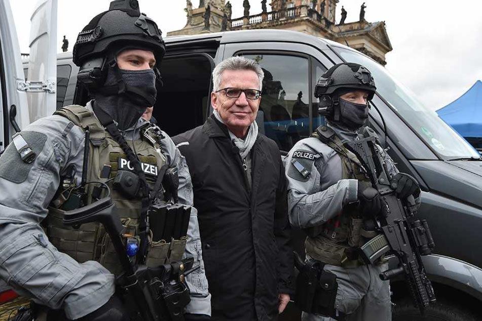Innenminister Thomas de Maizière bei der Übergabe neuer Ausrüstung für die Bundespolizei.