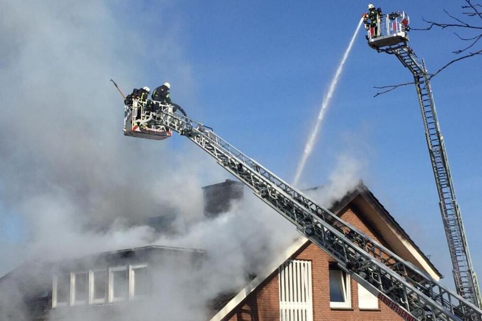 Die Feuerwehr versucht den Brand unter Kontrolle zu bringen.