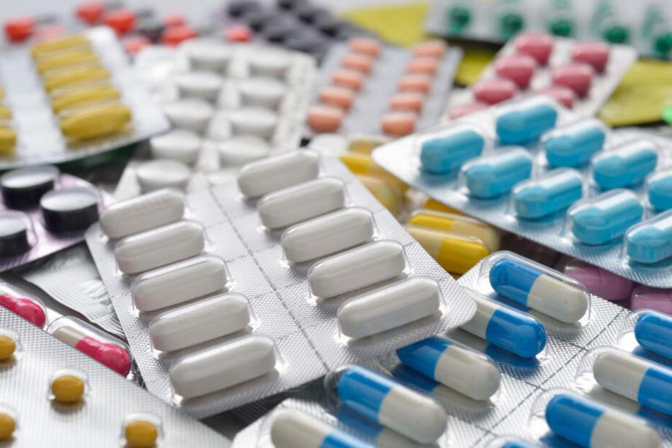 Mit verschiedenen Medikamenten haben die mutmaßlichen Betrüger über 7 Millionen Euro kassiert.