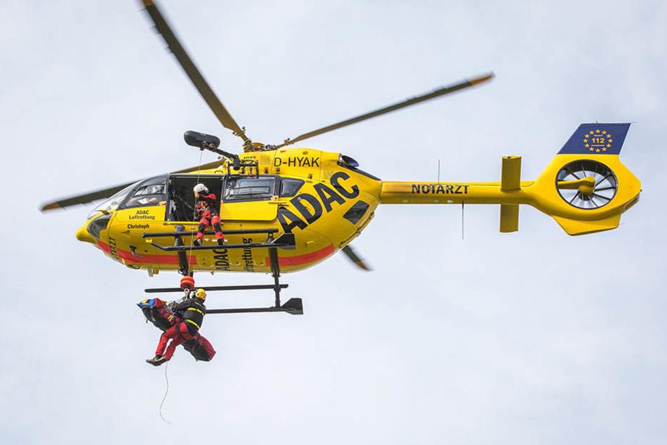 Der neue Christoph 62 bei der Bergung eines Verletzten mithilfe der Windenmaschine. Der Hubschrauber vom Typ H 145 ist leistungsstärker und leiser als sein Vorgänger.