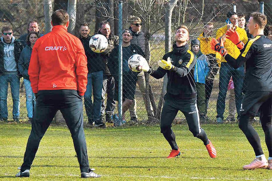 Branislav Arsenovic beobachtet seine drei Dynamo-Schützlinge (v.l.) Patrick Wiegers, Tim Boss und Markus Schubert.