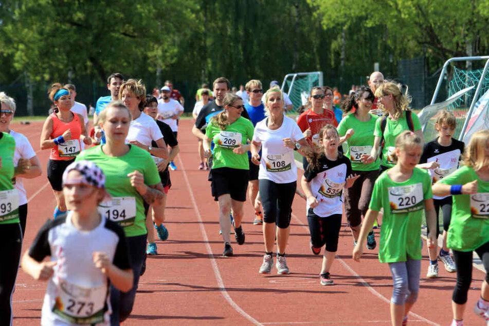 Bei einem Benefiz-Lauf auf dem Uni-Sportplatz sammelte am Mittwoch die Sächsische Krebsgesellschaft Spenden.