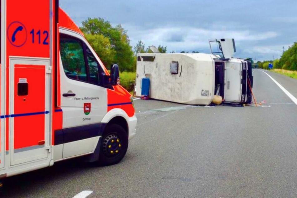 Zwei Schwerverletzte: Wohnmobil kippt mitten auf der Autobahn um