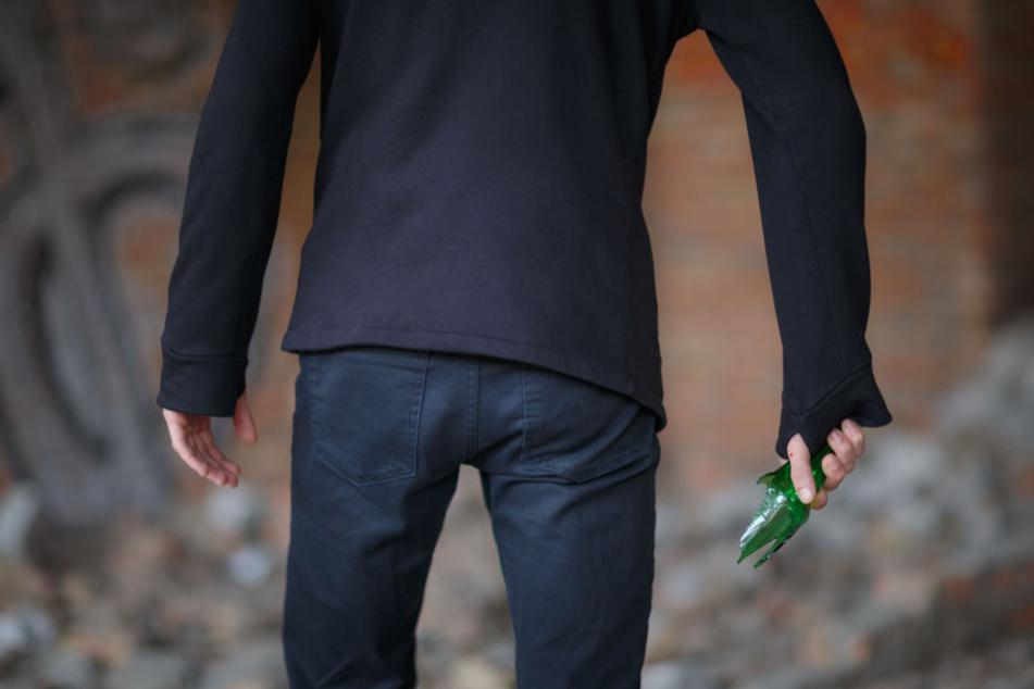 Mit einer zerbrochenen Glasflasche ging ein Angreifer auf die Gruppe los. (Symbolbild)